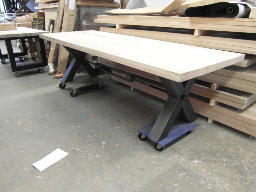 Houten-tafel-met-RVS-X-poten-en-wrevel-eronder-1024x768